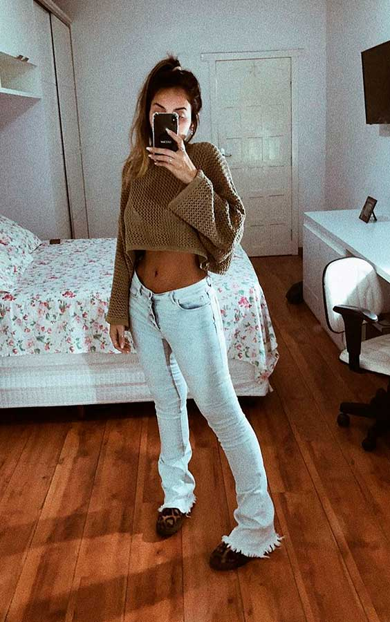 casaco marrom cropped, calça jeans flare