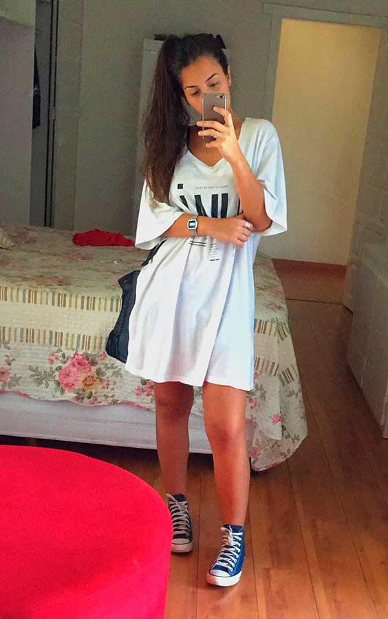 Maria Vasques. t-shirt dress e tênis all star