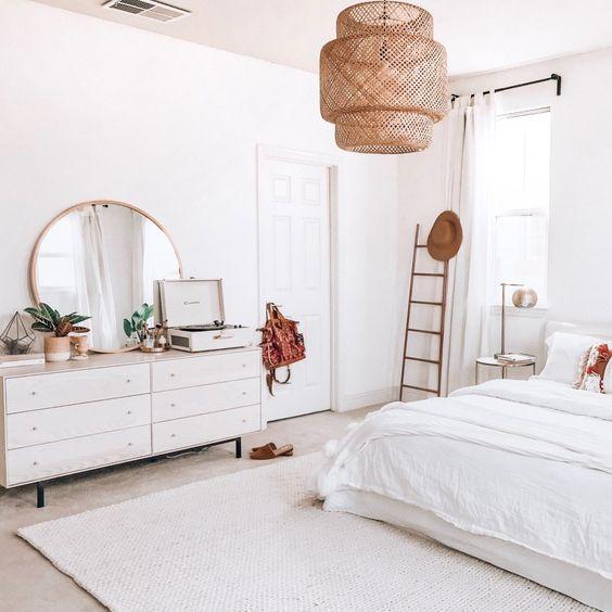 quarto minimalista com liminária pendente