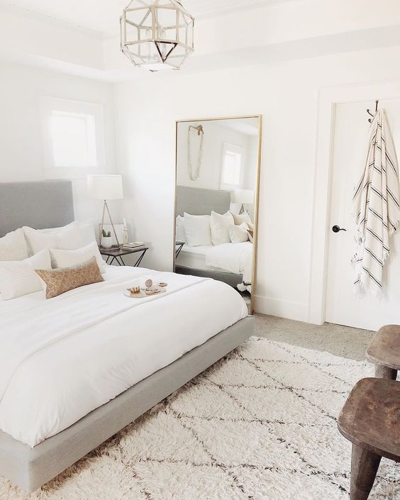 quanrto com espelhos grandes, decoração minimalista