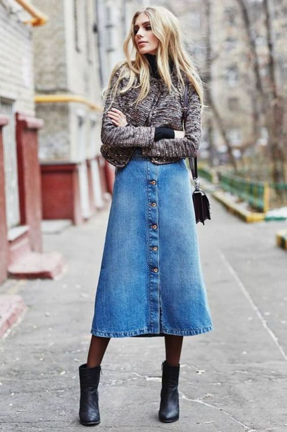 saia midi jeans, meia-calça e ankle boot