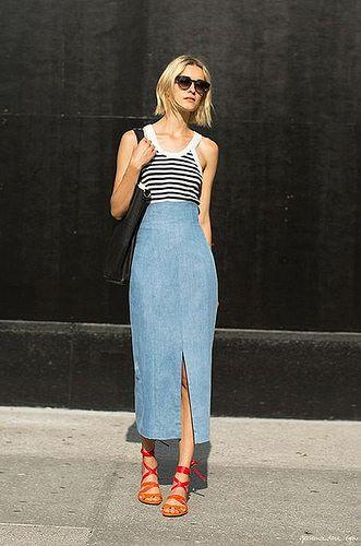 saia midi jeans, reagata listrada sandália de tiras colorida
