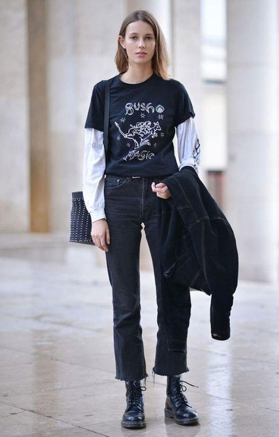 sobreposição com t-shirt e blusa de manga, calça preta e coturno