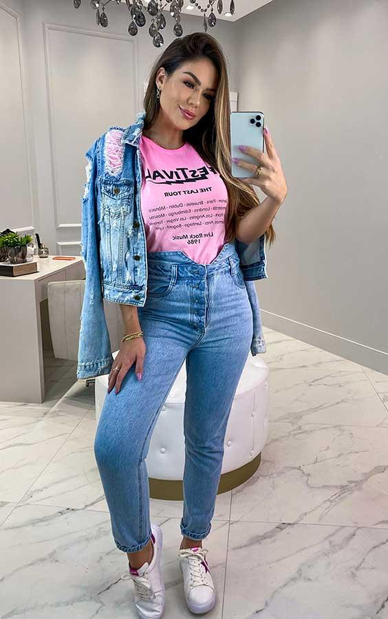 t-shirt rosa, jaqueta jeans, calça jeans