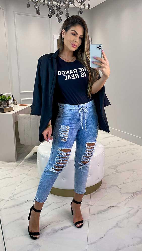 lslogan t-shirt, blazer preto, calça jeans destroyed