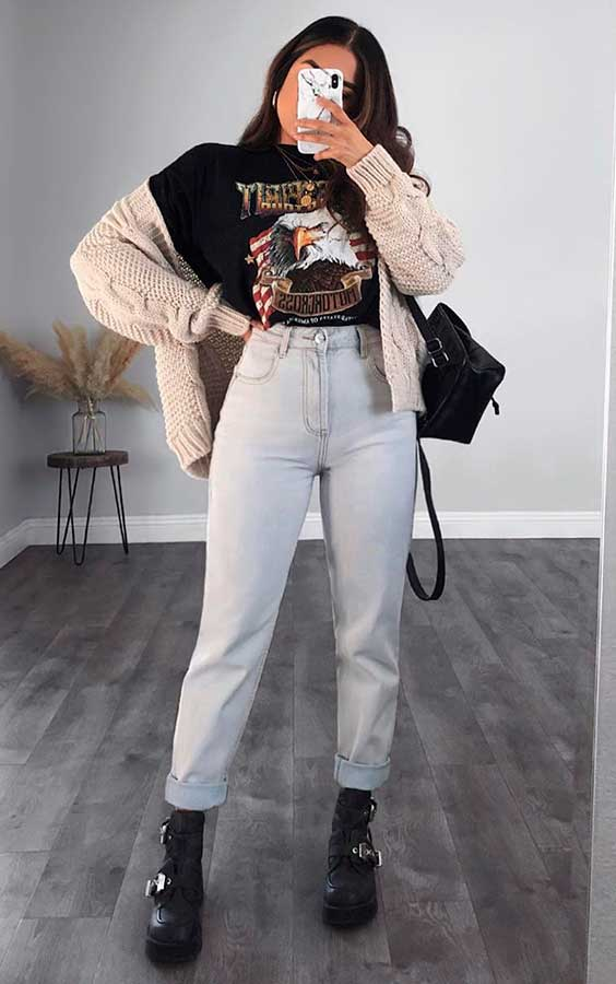 t-shirt, cardigan bege, mom jeans e coturno