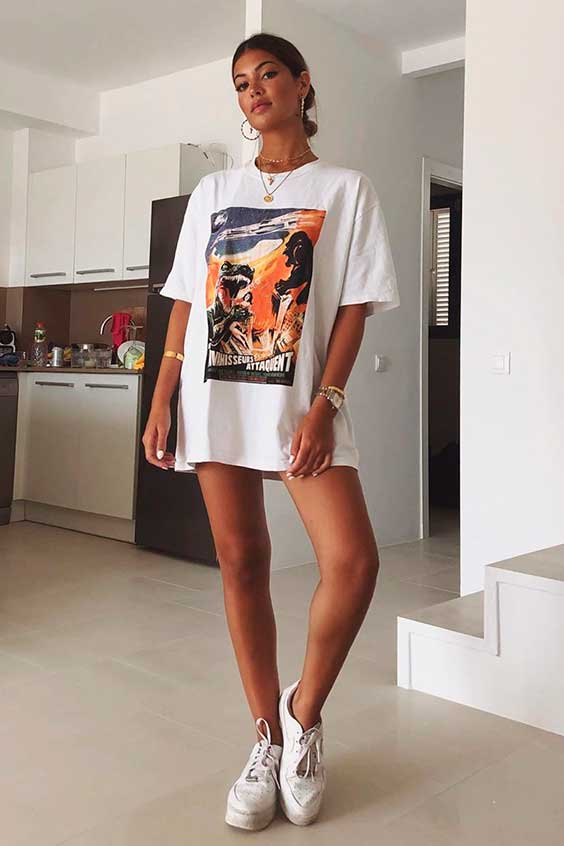 t-shirt dress, tênis branco