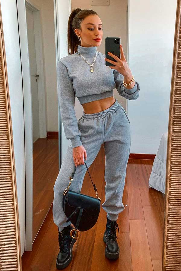 cropped cinza, calça jogger e coturno