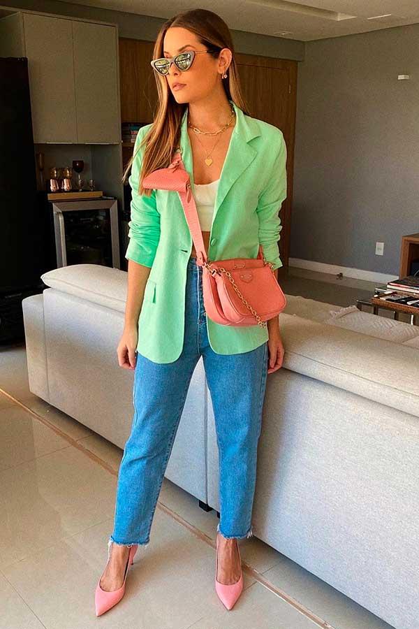 blazer verde menta e bolsa rosa