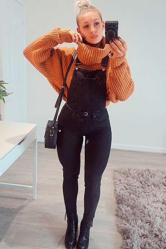 suéter de gola alta e jardineira preta