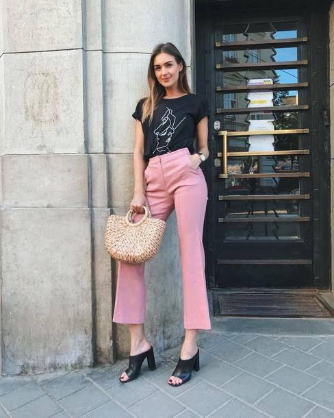 t-shirt e calça de alfaiataria rosa