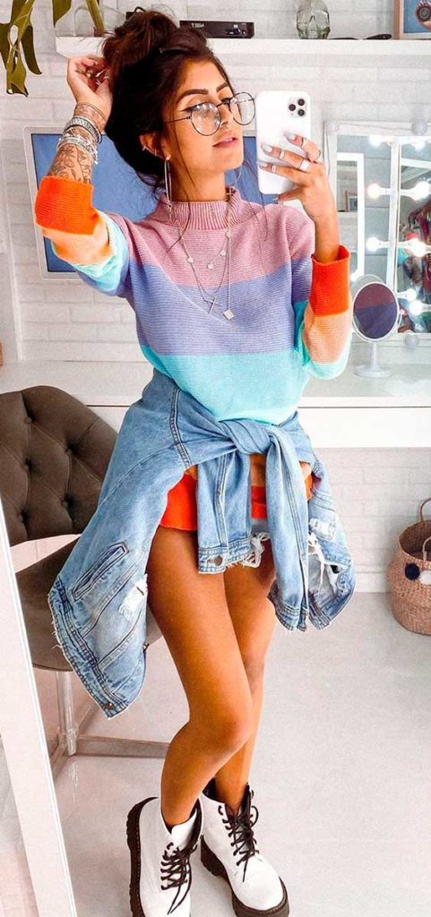 suéter com listras coloridas, jaqueta jeans e coturno