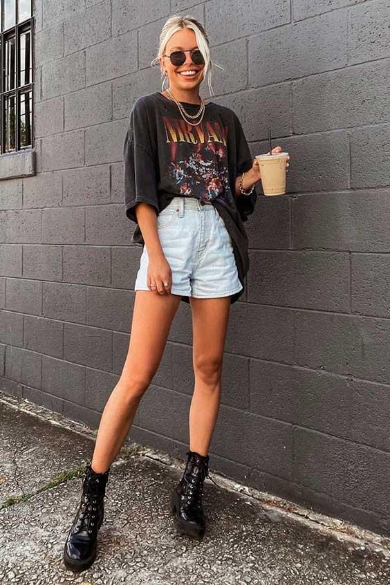 t-shirt de banda e short jeans