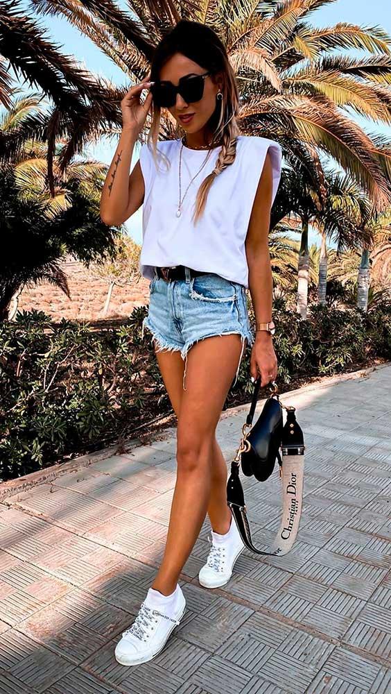 muscle tee branca, short jeans e tênis branco