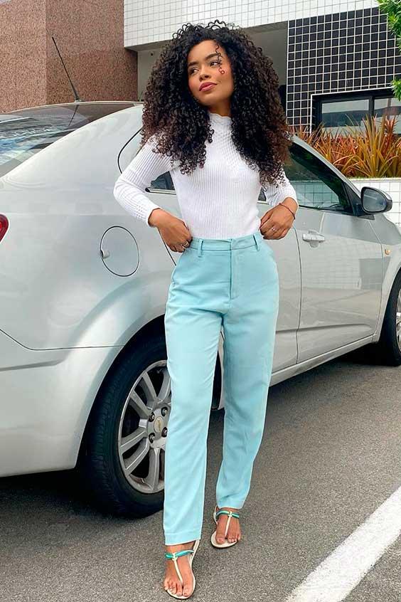 calça azul e blusa de gola alta branca
