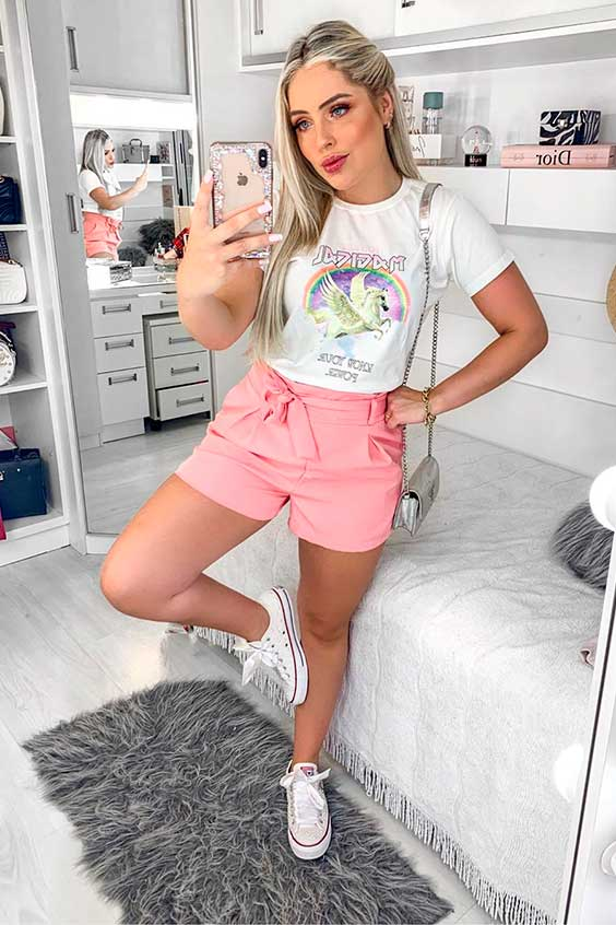 t-shirt branca e short rosa