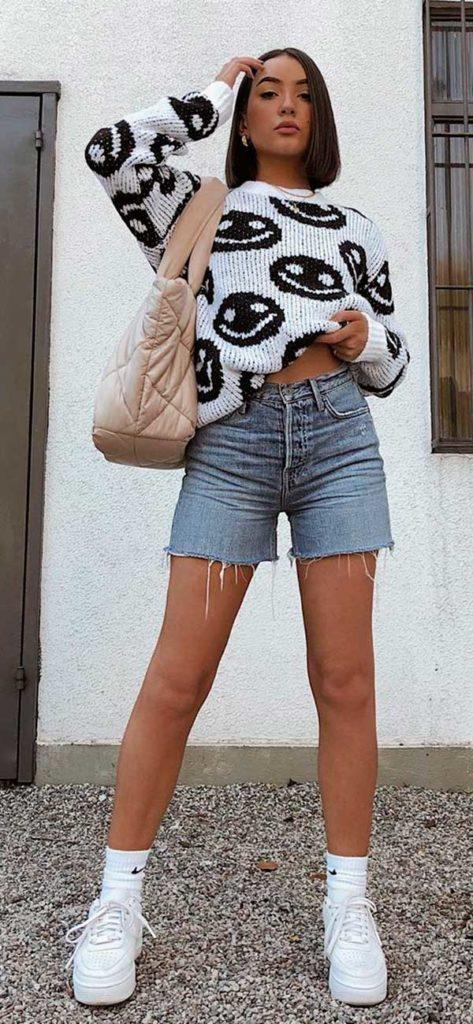 suéter estampado, vermuda jeans e tênis plataforma