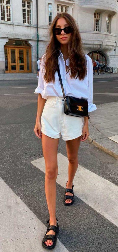 look básico com camisa branca, short bere e papete
