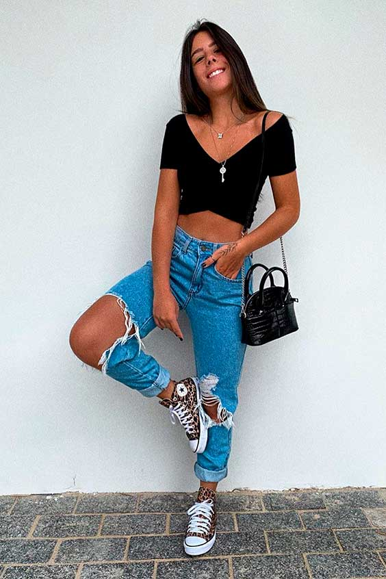 cropped top preto e mom jeans destroyed