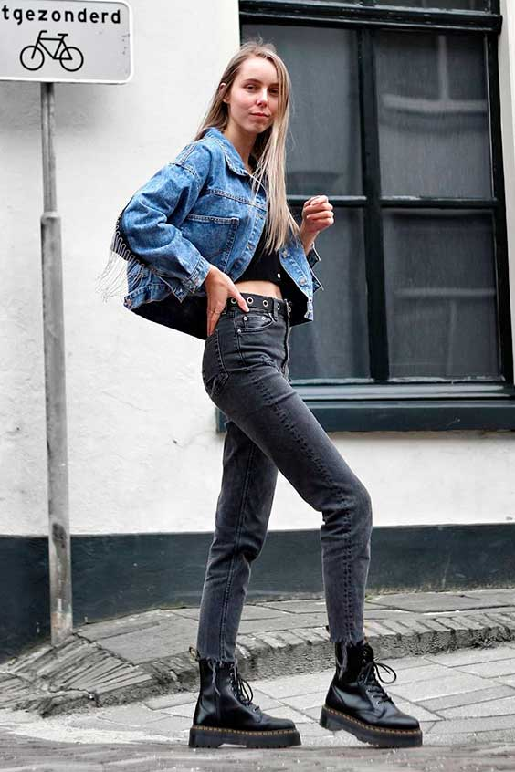 jaqueta jeans, calça cinza e coturno