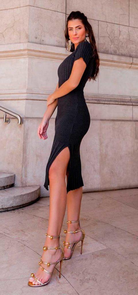 vestido tubinho preto com sandália de tiras