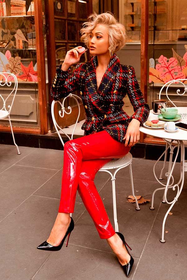 peças coloridas, blazer xadrez, saia de vinil vermelha