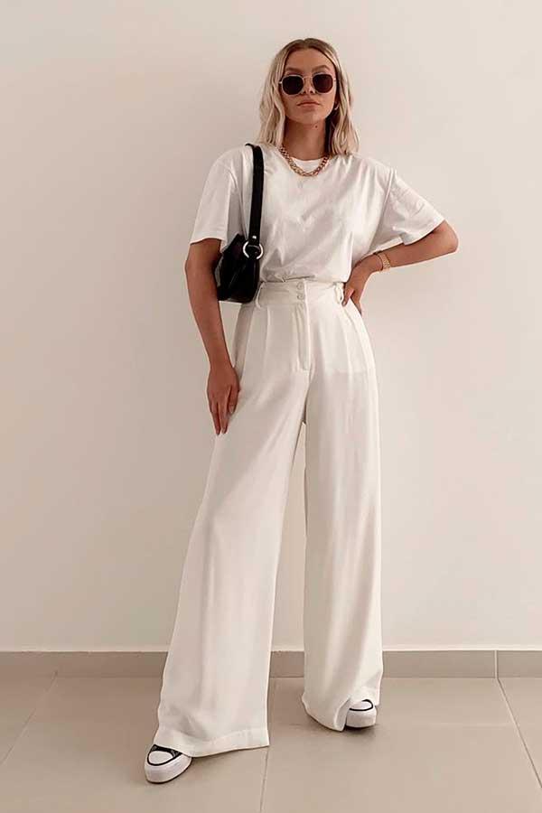 t-shirt branca, calça wide leg branca e tênis plataforma