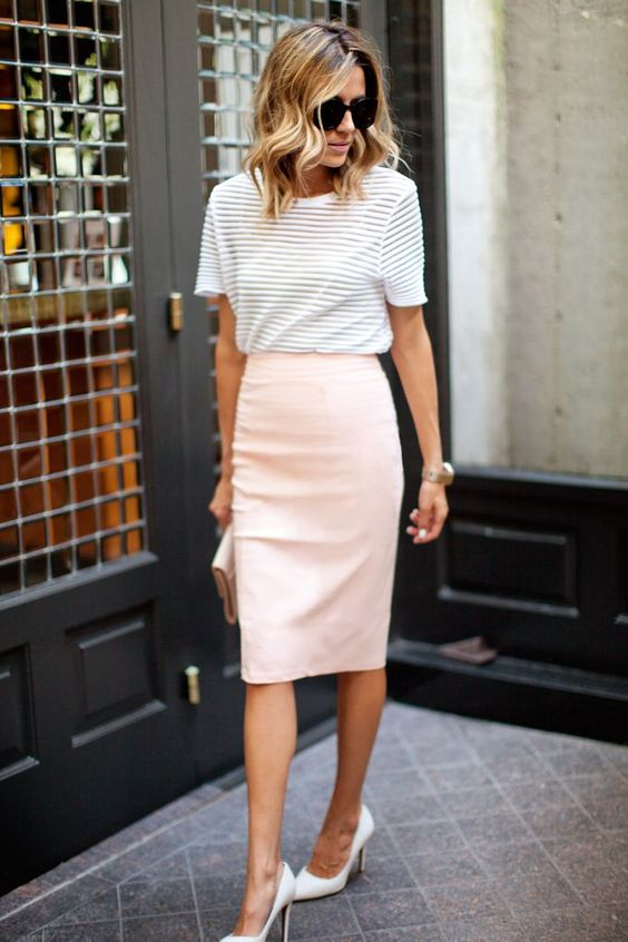 t-shirt branca, saia lápis rosa e scarpin