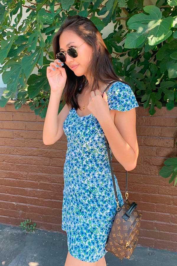mochilinha, vestido azul listrado