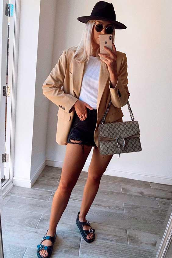 look básico com blazer, short jeans e papete