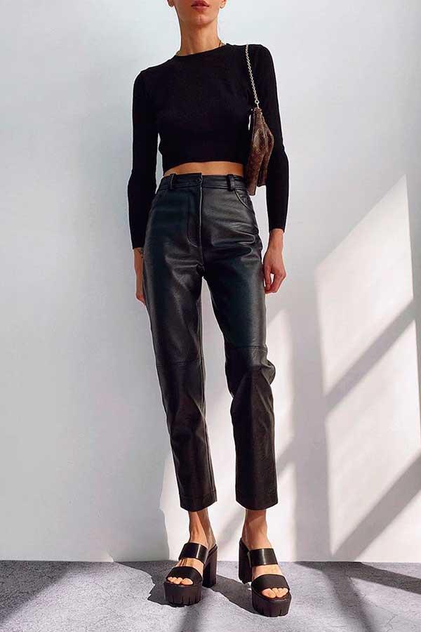 produções básicas, cropped preto e calça de couro