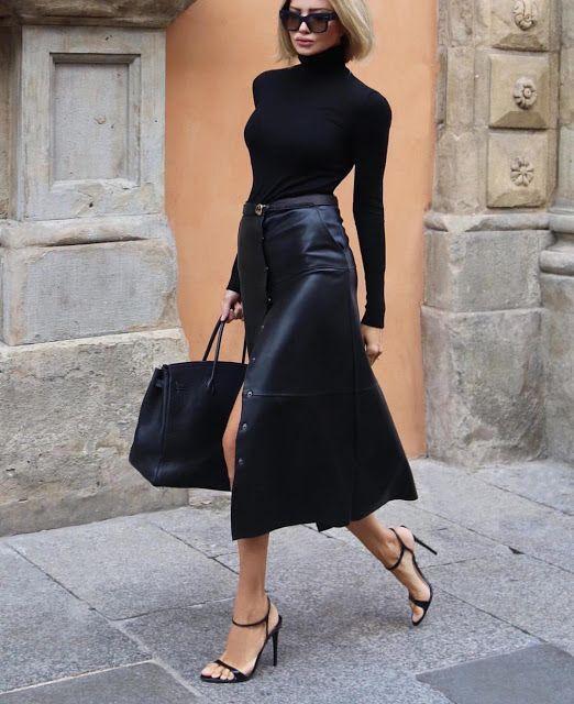 blusa de gola alta, saia midi de couro e sandália de duas tiras