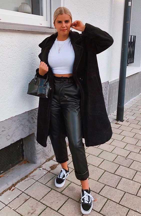 Sophia Schonherr, sobretudo e calça de couro