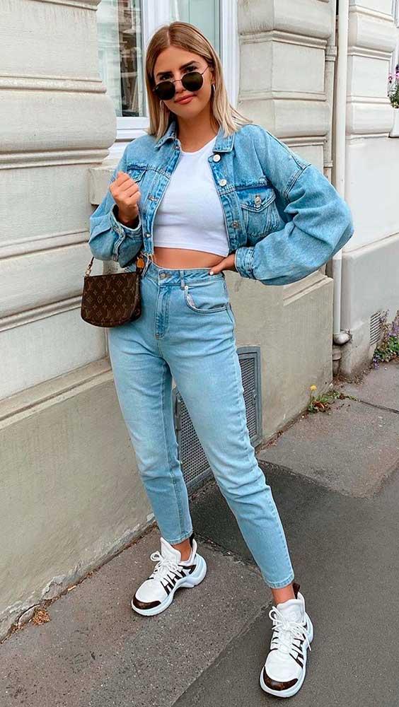 Sophia Schonherr, jaqueta jeans, cropped e mom jeans