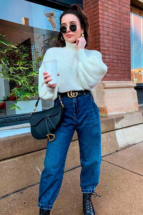 suéter branco, calça slouchy jeans e cinto gucci
