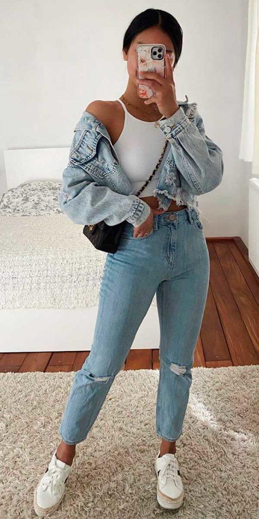 jaqueta jeans cropped, regata branca, mom jeans e tênis plataforma