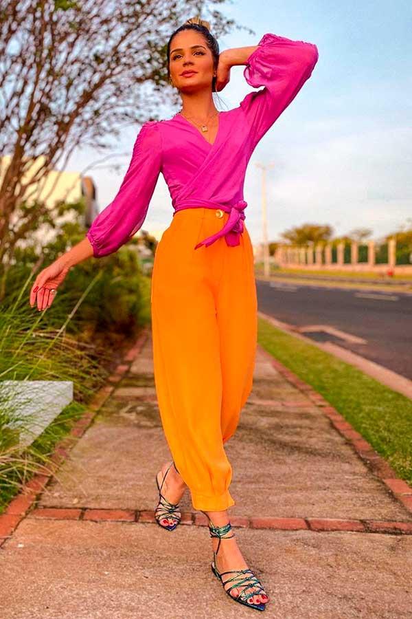peças coloridas, camisa reosa e calça laranja