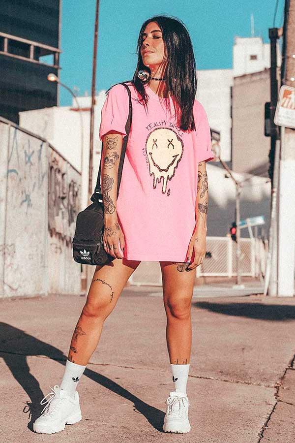 mochilinha,t-shirt dress rosa e tênis branco
