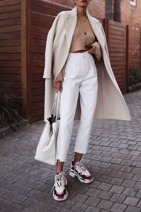 tênis com trench coat