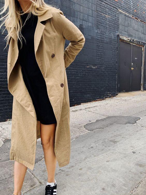 vestido preto com trench coat