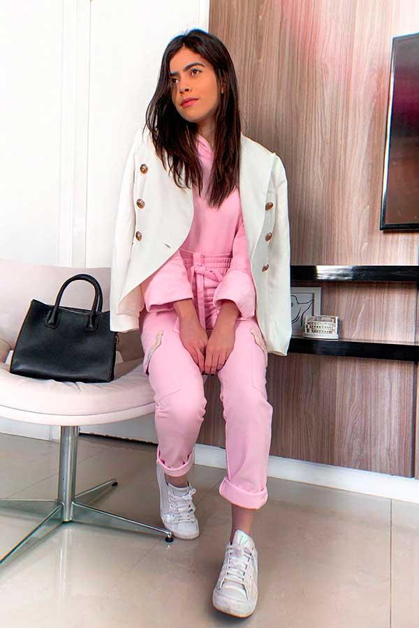 blazer branco e conjuntinho de moletom rosa