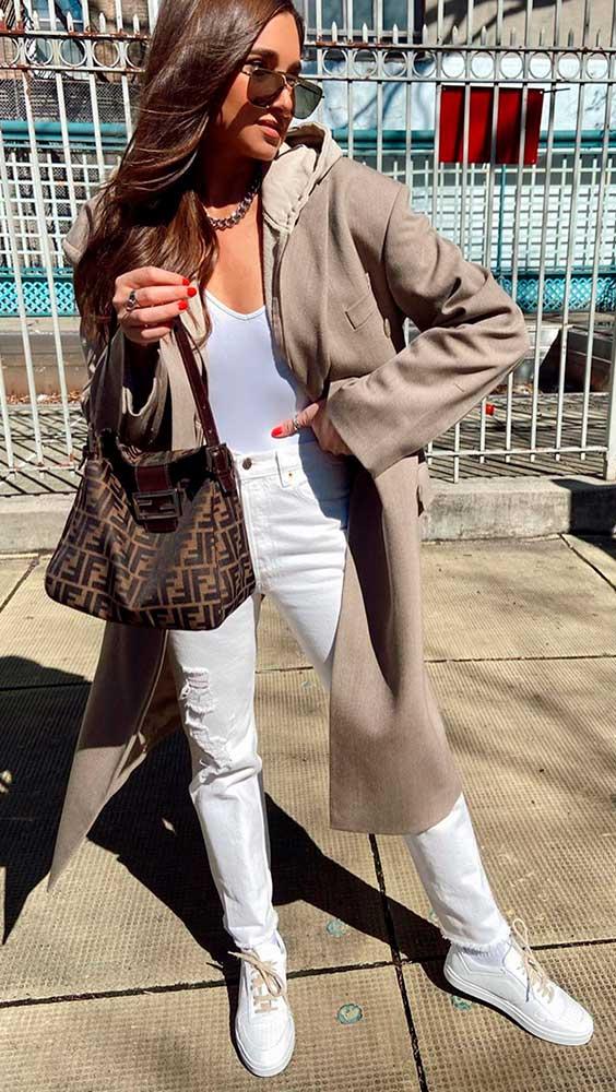 trench coat, regata branca e calça off white