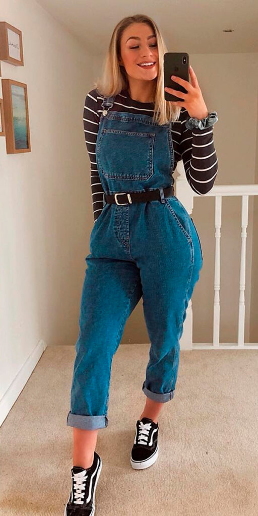 jardineira jeans, suéter listrado e tênis vans