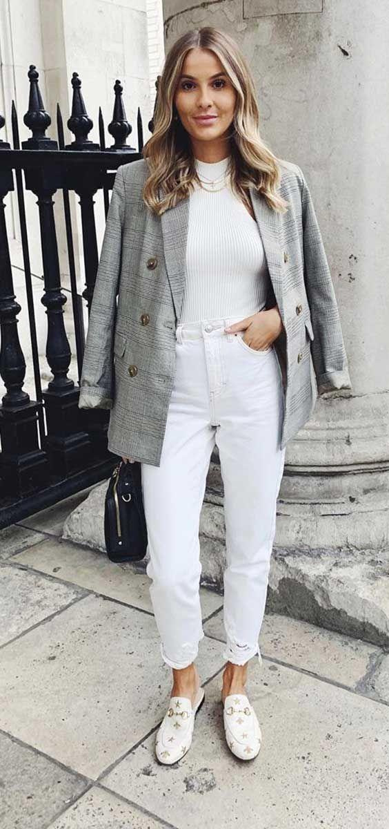 calça branca, blusa de gola alta e blazer cinza