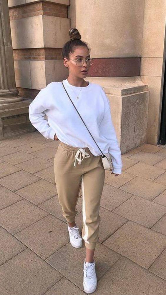 blusa de moletom, calça jogger e tênis branco
