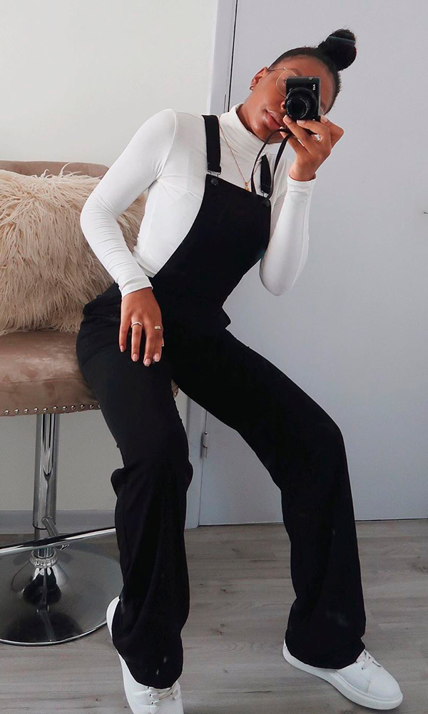 blusa de gola alta branca, jardineira preta e tênis branco