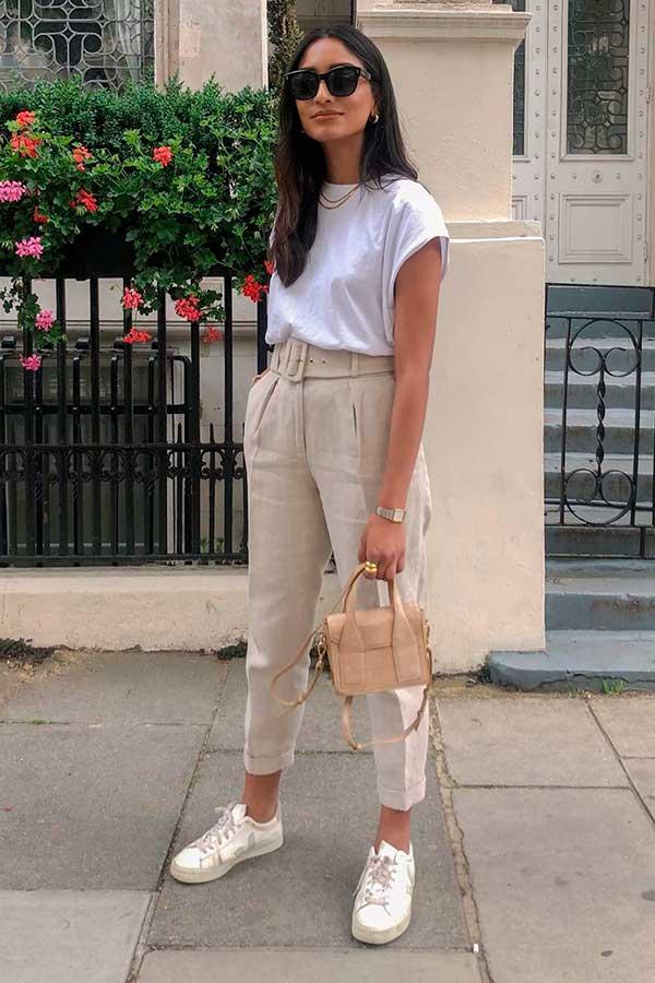 muscle tee branca, calça de alfaiataria e tênis branco