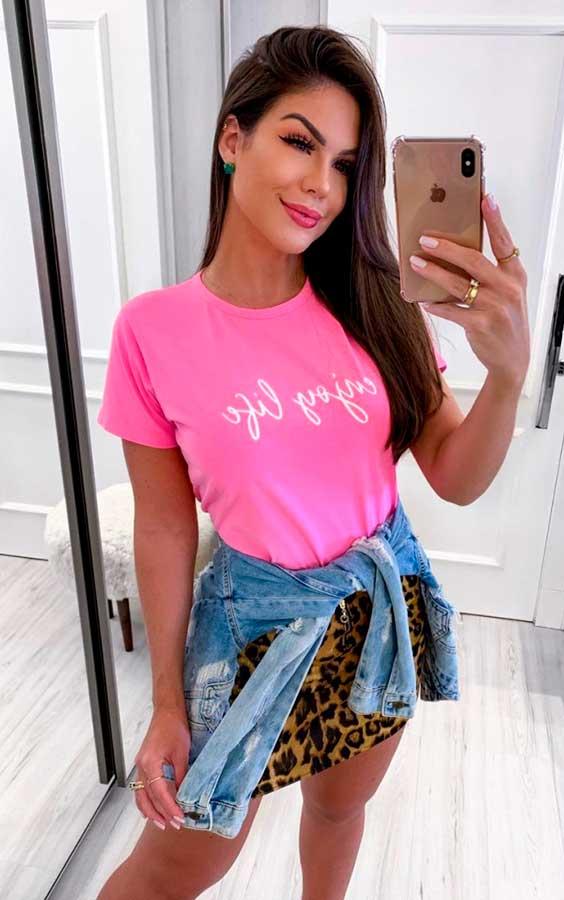 blusa rosa, minissia de oncinha, jaqueta jeans