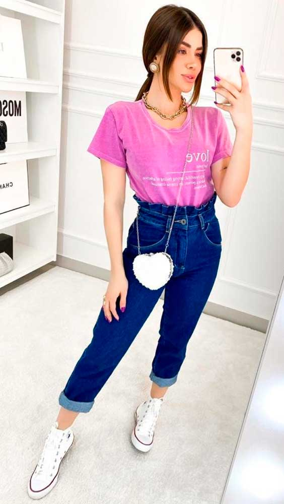 blusa rosa, mom jeans e tênis all star
