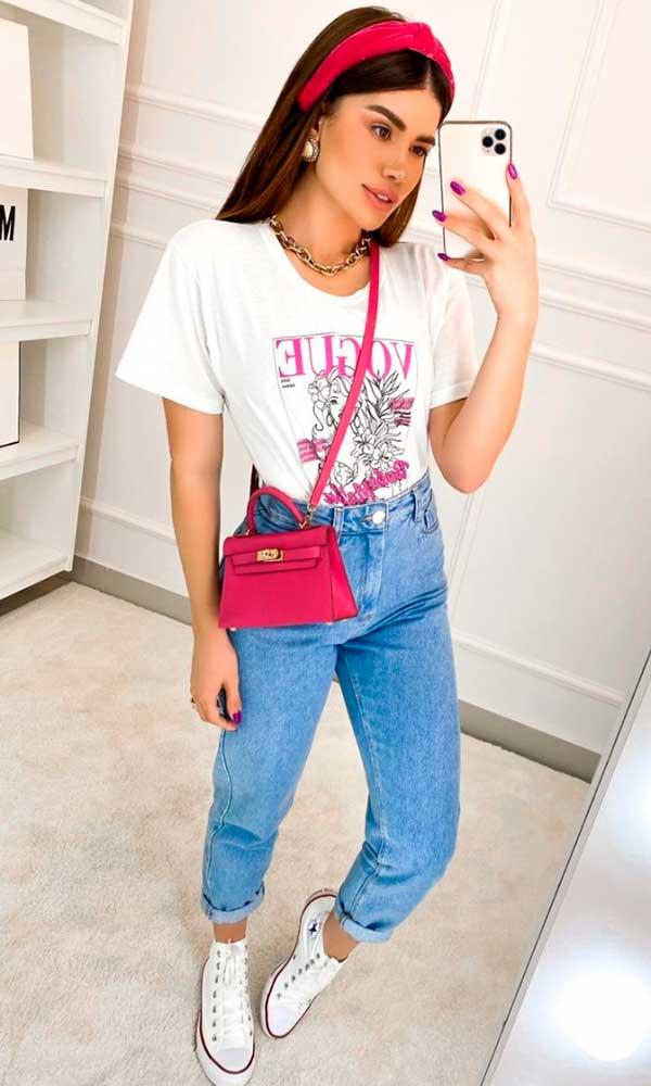 mom jeans, bolsa rosa e tênis branco